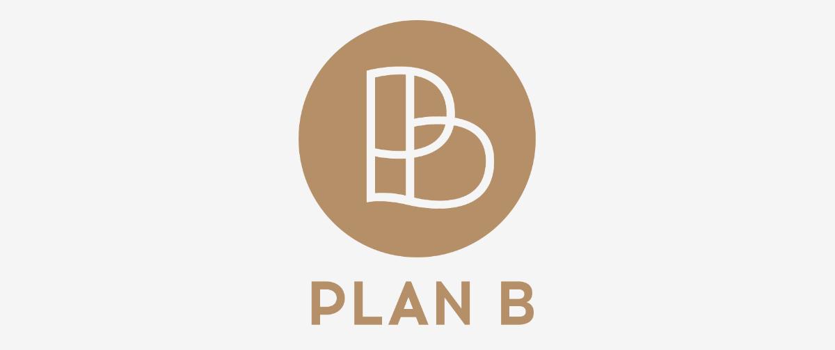 Koperkleurig logo ontwerp voor Plan B organisatie in cirkel met naam eronder.