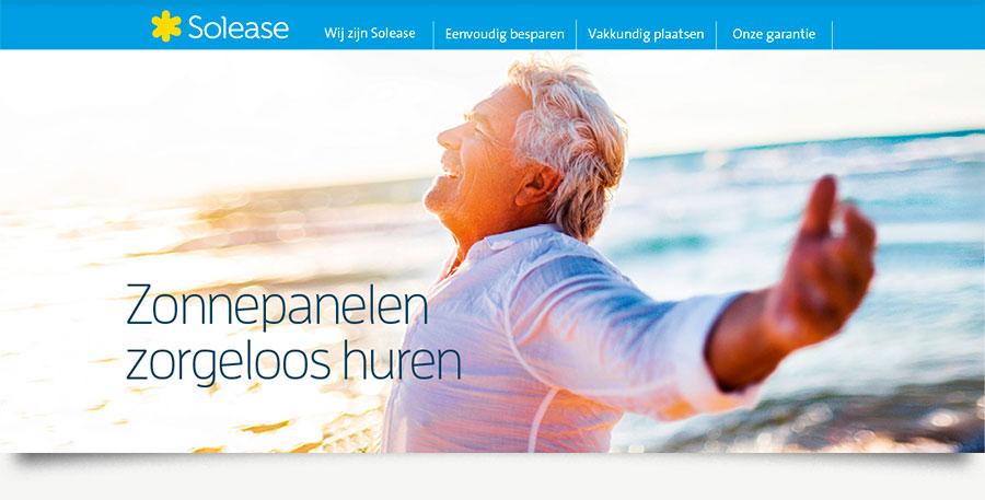 Zonnepanelen zorgeloos huren concept met vitale 60-er aan het strand