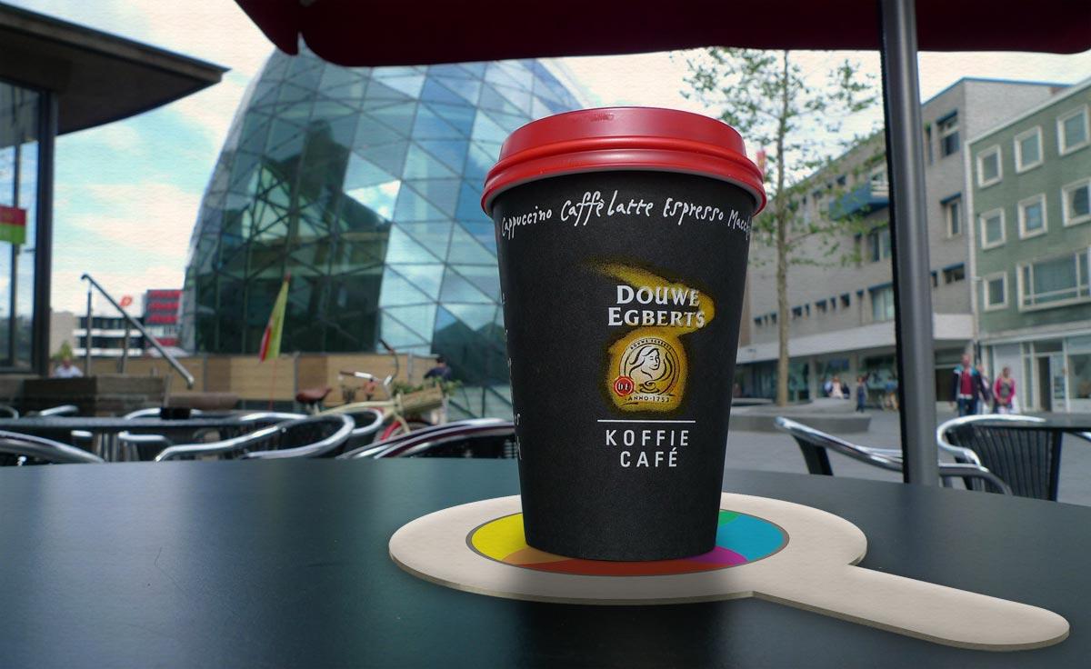 Koffiebeker op een Creatiefzuid onderzetter op een terrasje